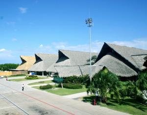 charakterystyczna architektura lotniska w Punta Cana