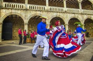 tańczacy Dominikańczycy w strojach narodowych na Plaza Espania w Santo Domingo